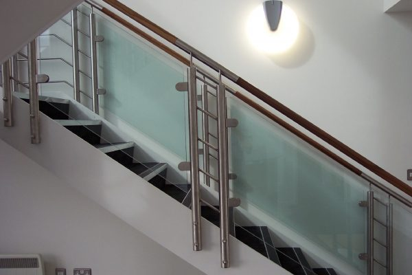 Ограждение из нержавеющей стали со стеклом на пластинчатых держателях Артикул № 095