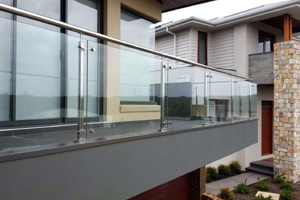 Ограждение из нержавеющей стали со стеклом на пластинчатых держателях Артикул № 096