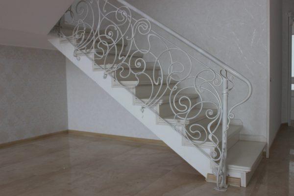 Кованые перила белого цвета для лестницы с боковым креплением  Артикул № 178