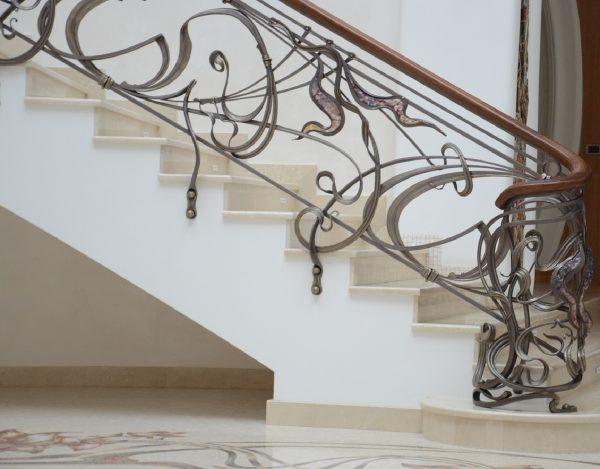 Кованые перила с деревянным поручнем для лестницы боковое крепление к лестнице  Артикул № 179