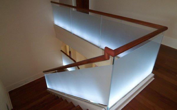 Стеклянные ограждения с подсветкой на несущем профиле Артикул № 090