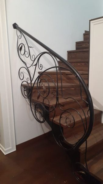 Кованые перила для лестницы с боковым креплением (1)