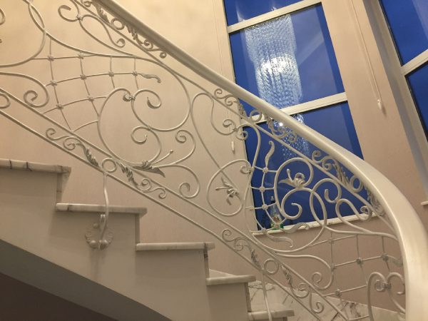 Кованые радиусные перила белого цвета для лестницы с боковым креплением  Артикул № 172