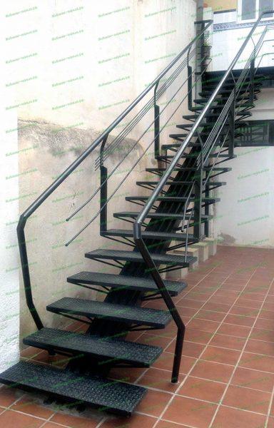 Лестница с недорогими аккуратными перилами